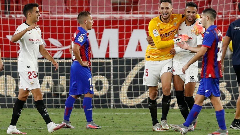 Ocampos (26), de portero, abraza a En-Nesyri (23) en el partido frente...