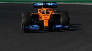 Carlos Sainz, con el McLaren MCL35, durante los entrenamientos del GP...