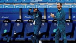 Pablo Machín anima a sus jugadores durante un partido del Alavés.