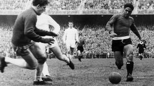 Benitez conduce el balón en un encuentro ante el Real Madrid