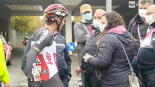 Mauro Vegni intercambia opiniones con un ciclista del Lotto Soudal.