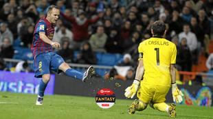 Iniesta ante Casillas en un Real Madrid 1-3 Barça (10/12/2011).