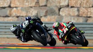 Maverick Viñales, seguido por Aleix Espargaró, ayer en la curva 14...