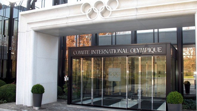 Manifestantes piden al COI que investigue la persecución a atletas bielorrusos