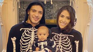 Jiménez y su familia disfrazados de calaca |