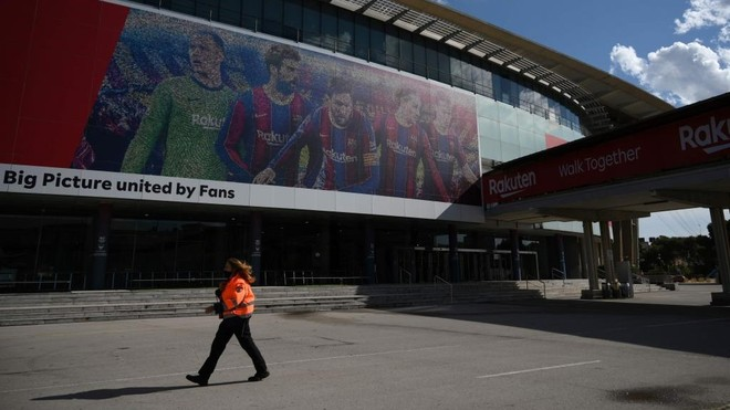 Un vigilante de seguridad controla los alrededores del Camp Nou