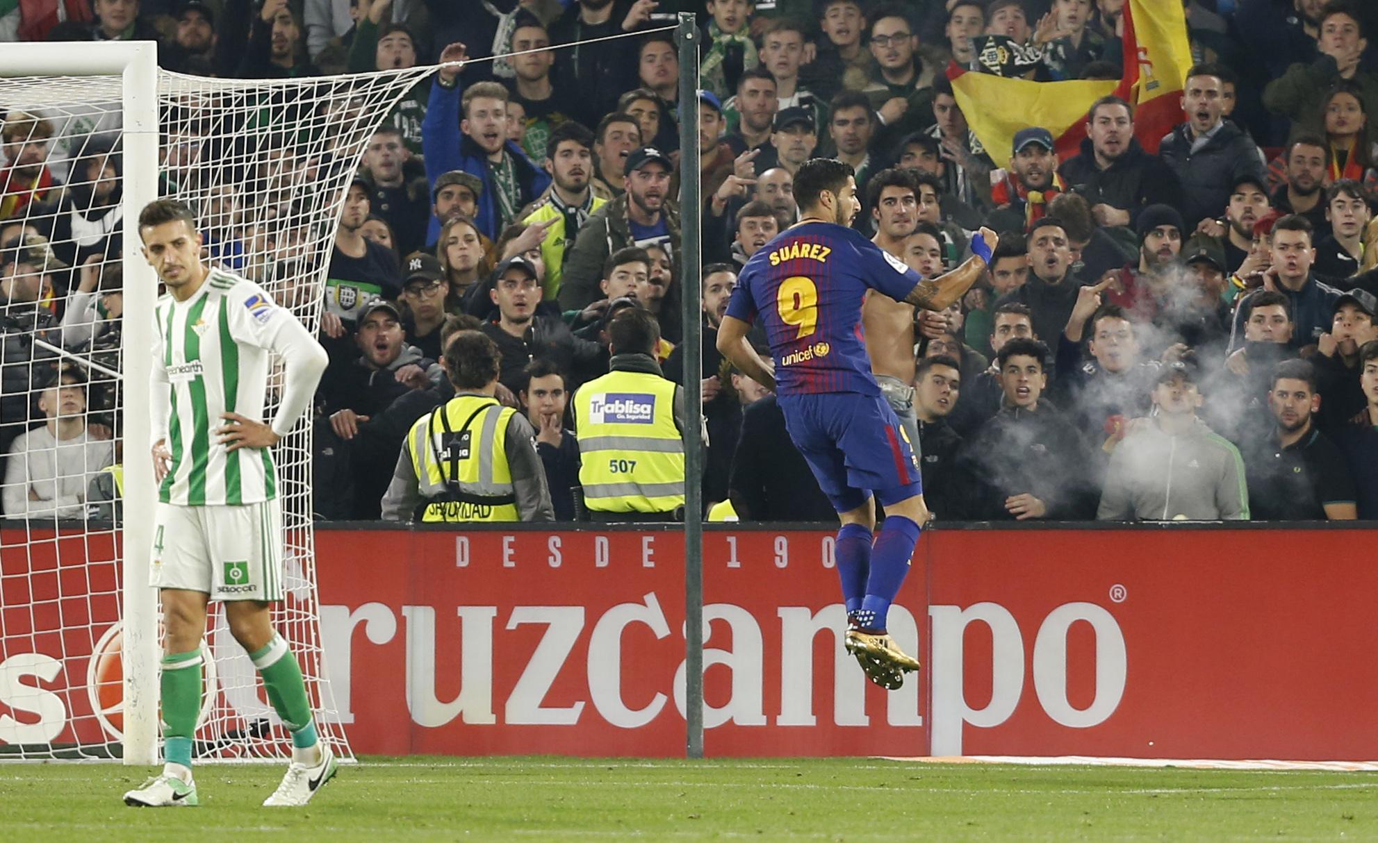 Luis Suárez celebra su último gol al Betis.