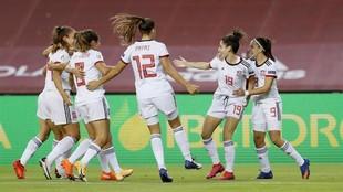 Las jugadoras de la selección española celebran un gol en La...