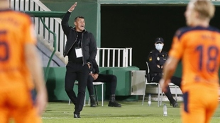 Jorge Almirón, entrenador del Elche, durante el partido contra el...