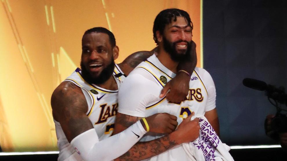 LeBron James abraza a Anthony Davis tras ganar el anillo