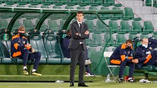 El técnico del Valencia, Javi Gracia, en el área tecnica del...