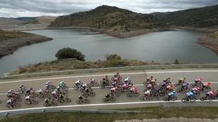 El pelotón pedalea sobre el asfalto durante una etapa de esta Vuelta