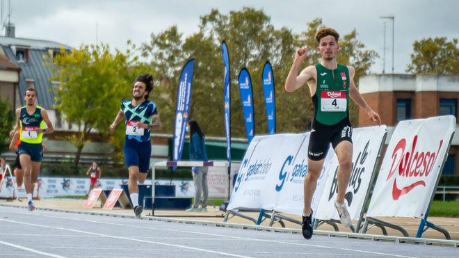 Aaron Las Heras entra en meta como ganador.