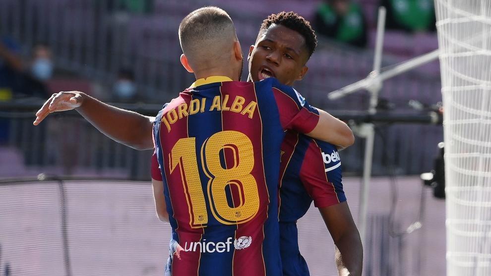Jordi Alba se abraza con Ansu Fati.