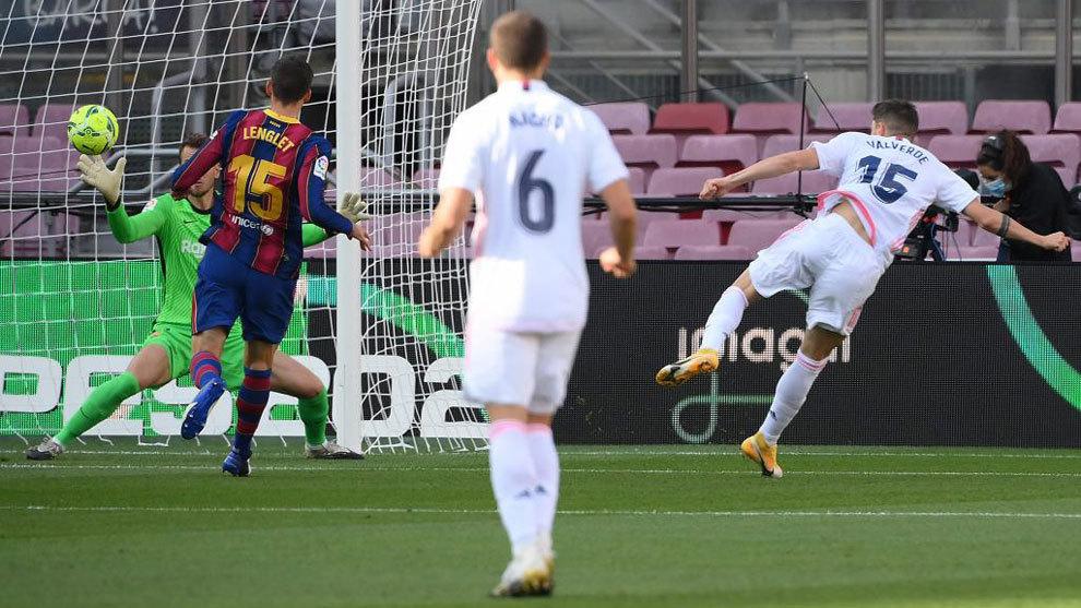 Valverde, en el momento de hacer el gol.