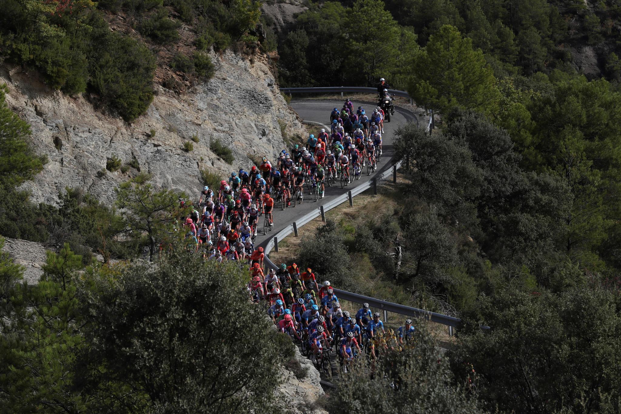 GRAF7078. SABIÑÁNIGO (HUESCA), 24/10/2020.- El pelotón durante la quinta etapa de la lt;HIT gt;Vuelta lt;/HIT gt; Ciclista a España, entre Huesca y Sabiñánigo, de 184, 4 kilómetros. EFE/ Kiko Huesca