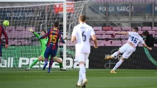 Valverde cruza su derechazo a la red en el primer tanto del Clásico...