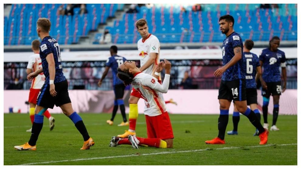 Yussuf Poulsen se lamenta durante el partido contra el Hertha.