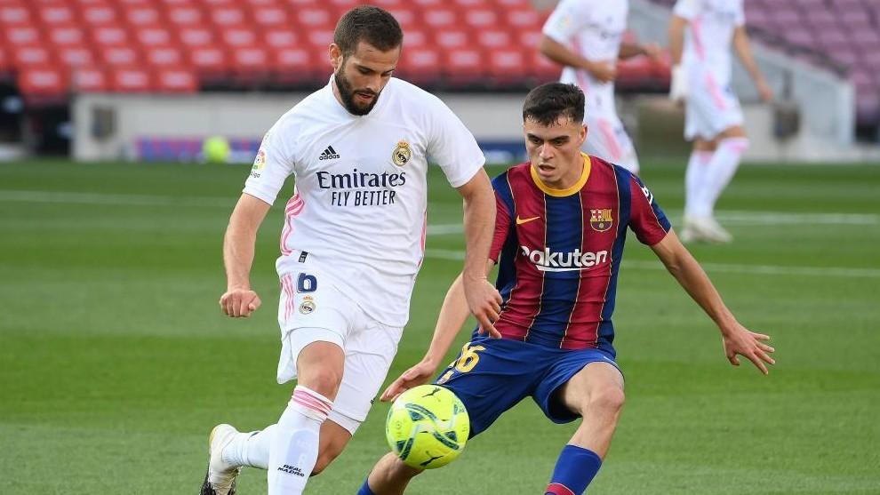 Nacho y Pedri, en el Clásico del Camp Nou.