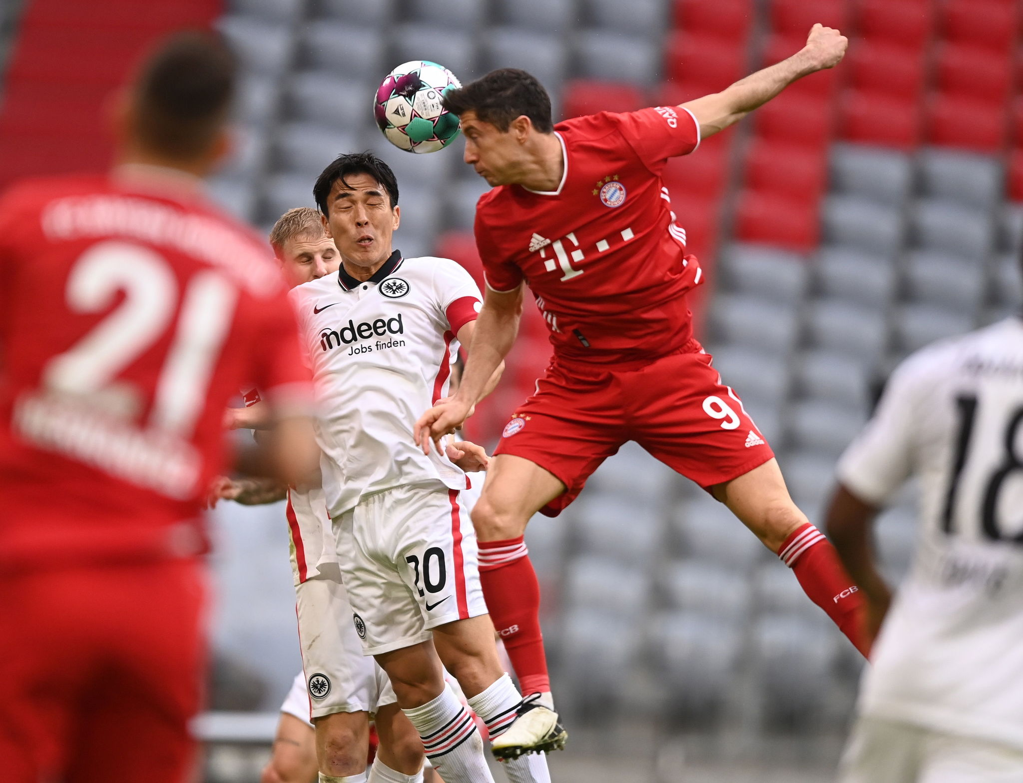 Munich (Germany), 24/10/2020.- Frankfurts Makoto Hasebe (L) in action against Bayerns Robert lt;HIT gt;Lewandowski lt;/HIT gt; (R) during the German Bundesliga soccer match between FC Bayern Munich and Eintracht Frankfurt, in Munich, Germany, 24 October 2020. (Alemania) EFE/EPA/LUKAS BARTH / POOL CONDITIONS - ATTENTION: The DFL regulations prohibit any use of photographs as image sequences and/or quasi-video