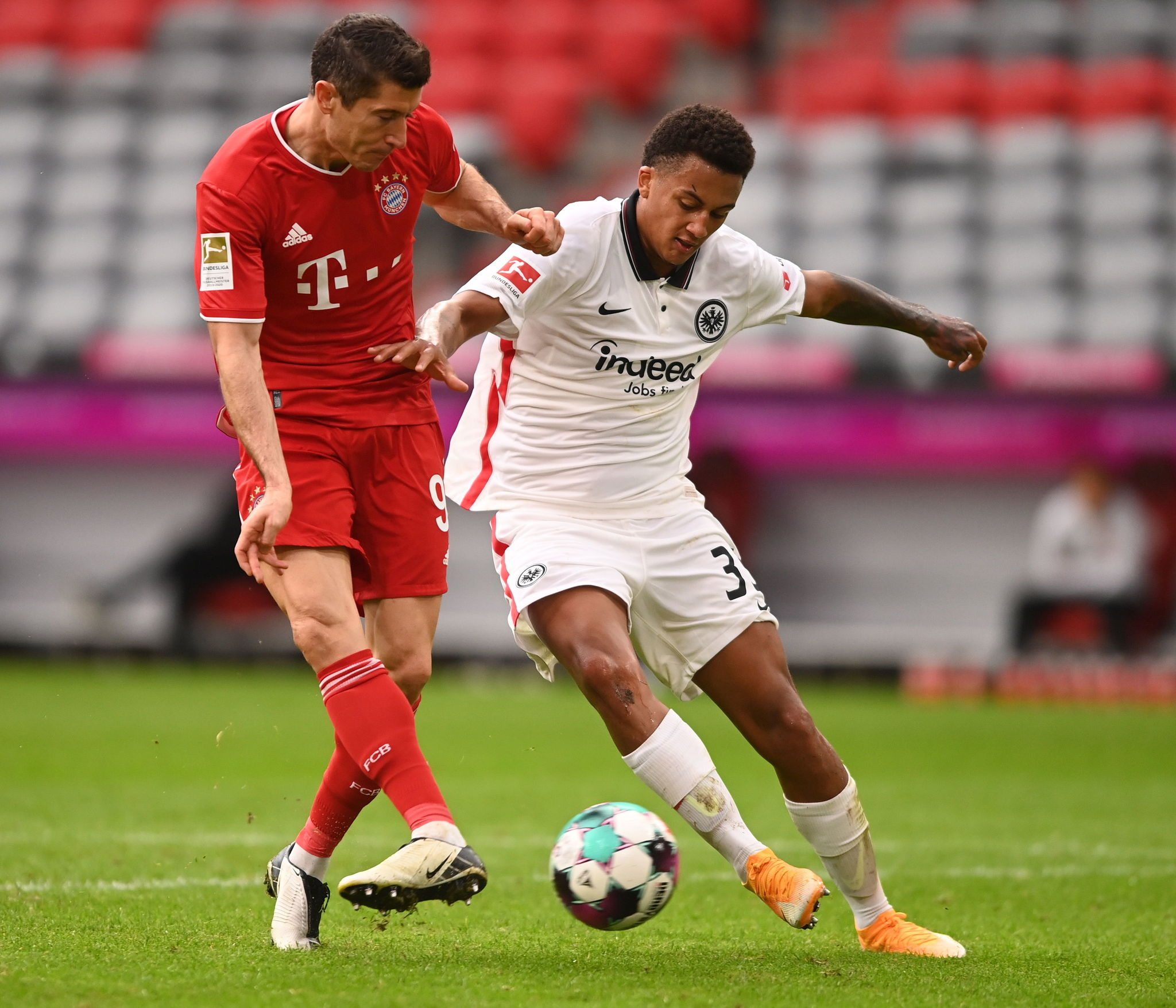 Munich (Germany), 24/10/2020.- Bayerns Robert lt;HIT gt;Lewandowski lt;/HIT gt; (L) scores the 3-0 goal against Frankfurts Tuta during the German Bundesliga soccer match between FC Bayern Munich and Eintracht Frankfurt, in Munich, Germany, 24 October 2020. (Alemania) EFE/EPA/LUKAS BARTH / POOL CONDITIONS - ATTENTION: The DFL regulations prohibit any use of photographs as image sequences and/or quasi-video