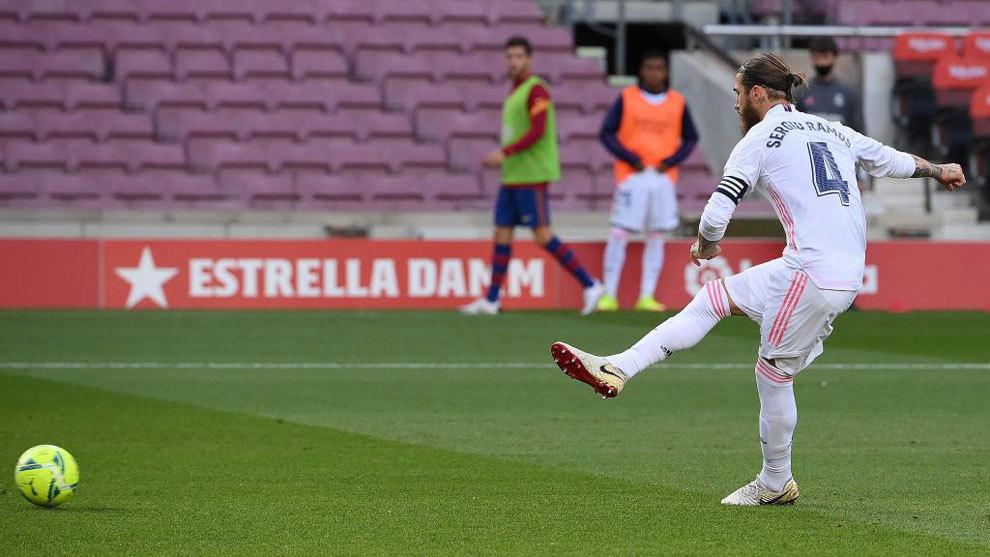 Ramos, transformando el penalti ante el Barça