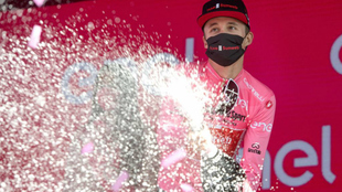Jai Hindley celebra su liderato en el podio del Giro.