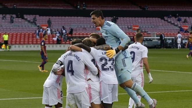 Courtois salta sobre sus compañeros para celebrar un gol ante el...