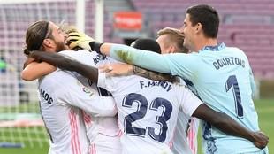 Los jugadores del Madrid celebran el gol de Modric en el Camp Nou