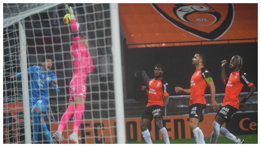 Leonardo Balerdi anota un gol contra el Lorient.