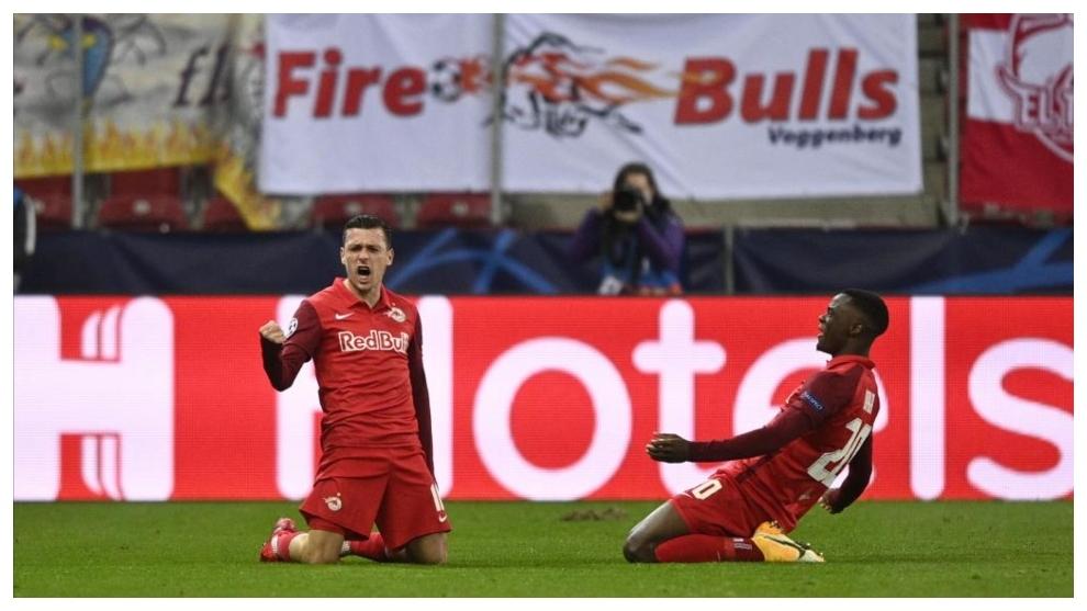 Junuzovic y Daka celebran un gol contra el Lokomotiv.