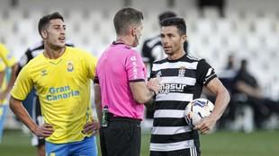 Ávalos Barrera habla con Rubén Castro antes de lanzarse el penalti y...