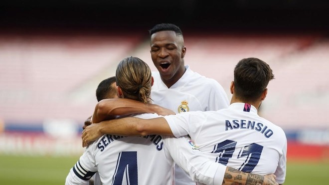 Vinicius, Ramos y Asensio, celebran el penalti transformado por el...
