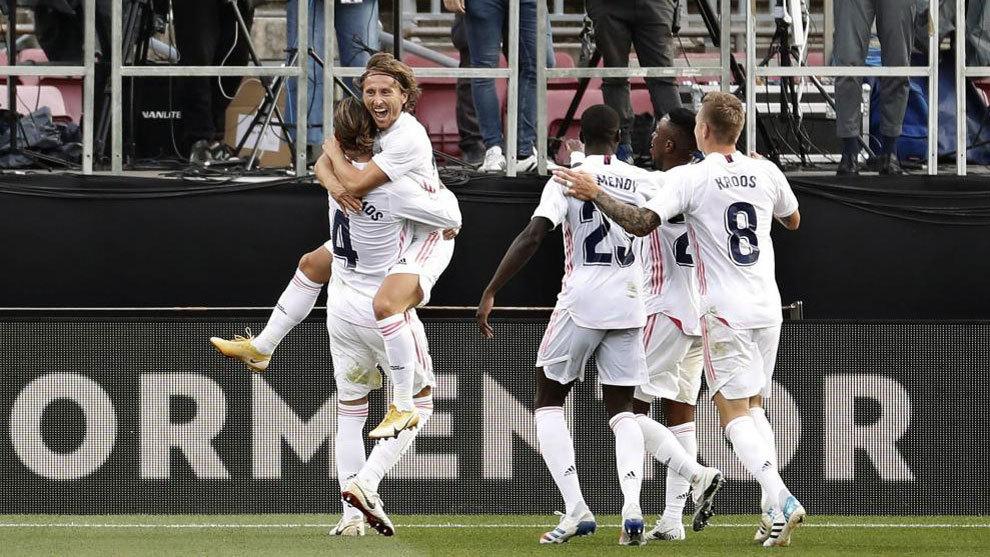 Los jugadores blancos, abrazados en el estadio del Barça.