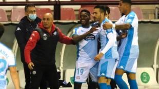 Los jugadores celebran con Nafti el triunfo en Las Gaunas