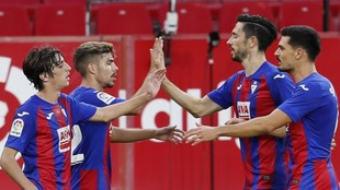 Los jugadores del Eibar se saludan tras marcar en el Ramón Sánchez...