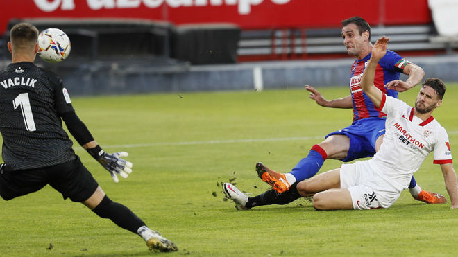Kike García bate a Vaclik ante Sergi Gómez.
