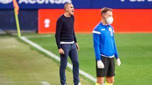 Garitano arenga a sus jugadores en un momento del partido.