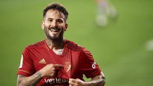 Rubén García señalándose el escudo tras anotar el 1-0 desde los...