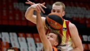 Hermansson y Hlinasson luchan por un rechace en un momento del partido...