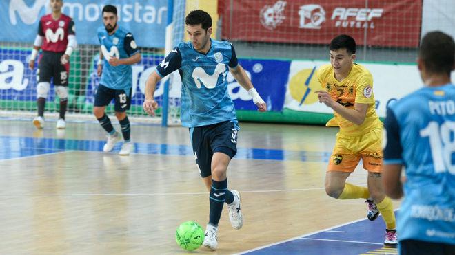 Lucas Trípodi se lleva el balón ante Luciano Gauna.
