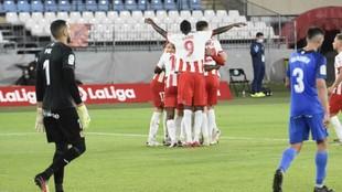Los jugadores del Almería celebran uno de sus goles