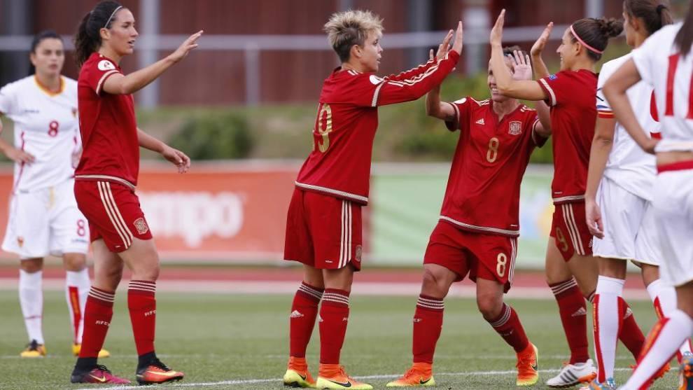 Las jugadoras de España celebran un gol ante Montenegro en Las Rozas.