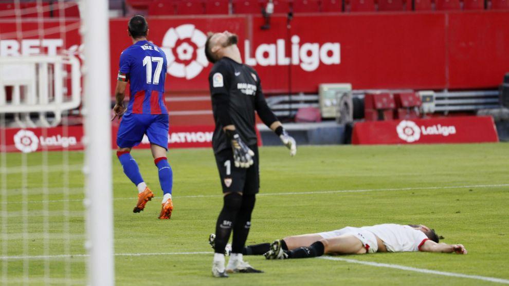 Los sevillistas Vaclik (31) y Sergi Gómez (28) se lamentan tras...