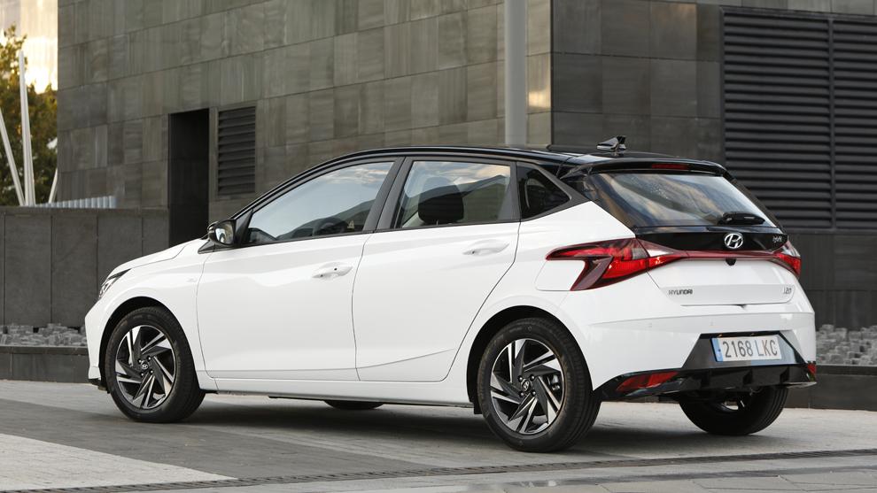 Al volante del Hyundai i20: híbrido y con maneras de coche compacto