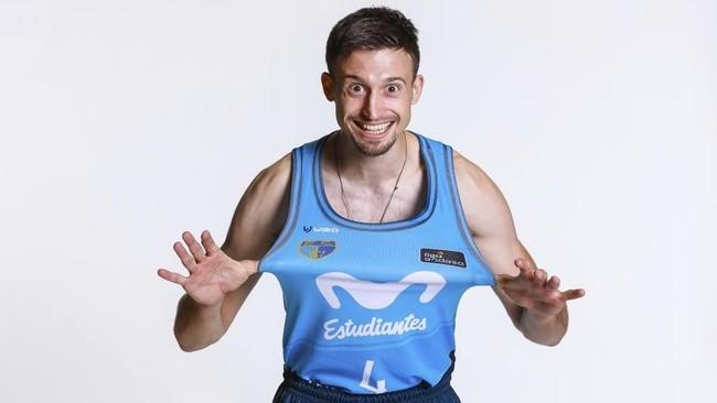 Aleksa Avramovic estira su camiseta del Movistar Estudiantes.