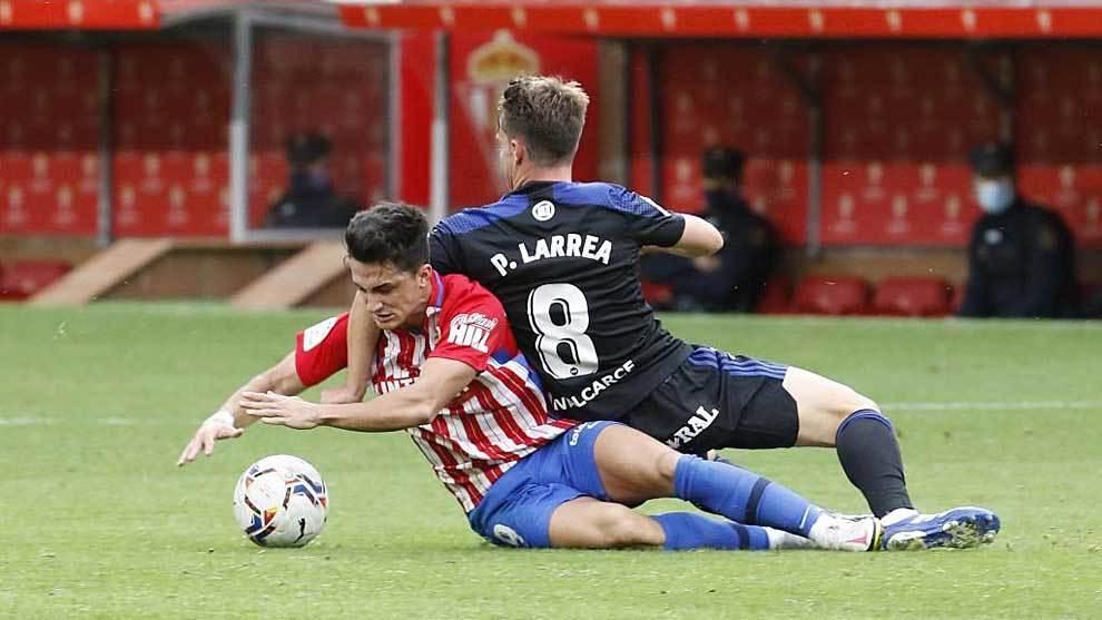 Manu García, autor del empate, y Larrea disputan un balón en el...