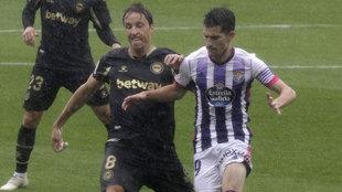 Tomas Pina pelea un balón con Toni Villa