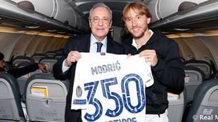 Modric posa junto a Florentino Pérez con la camiseta por sus 350...