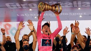 Tao Geoghegan Hart celebra su victoria con el equipo